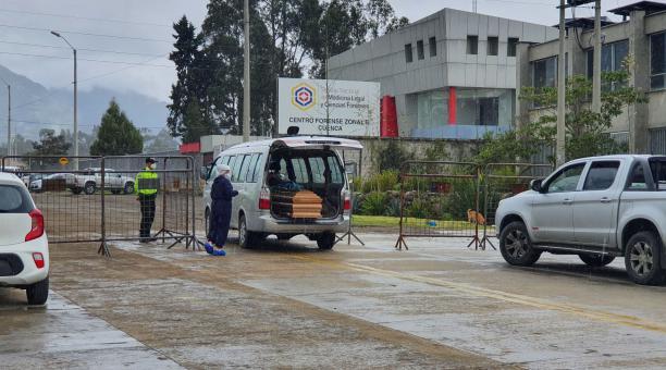 En la morgue de Cuenca este 25 de febrero del 2021, las familias de los internos retiran los últimos cuerpos de sus seres queridos que fueron asesinados en la cárcel de Turi. Foto: EL COMERCIO