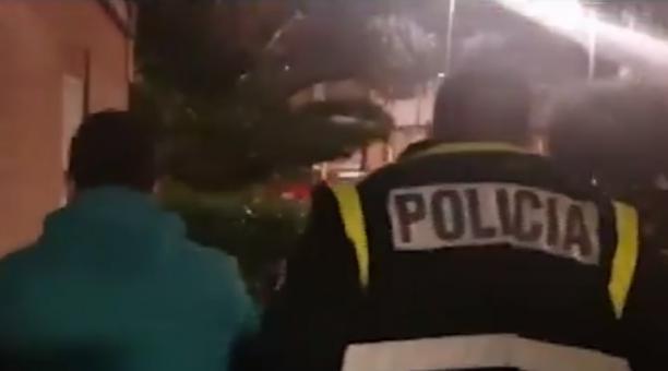 El detenido fue sorprendido cuando se ocultaba en una vivienda donde residían sus familiares, en España. El sospechoso es investigado por el asesinato de un niño en Ecuador. Foto: Captura de pantalla