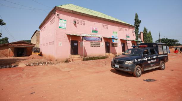Imagen referencial de un vehículo policial pasando frente a la escuela islámica Daru Imam Ahmad Bin Hanbal, en Kaduna, Nigeria.