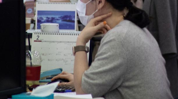 Imagen referencial. Un estudio identificó que el trabajo que desempeña una persona puede estar ligado al excesivo consumo de alcohol. Foto: EFE