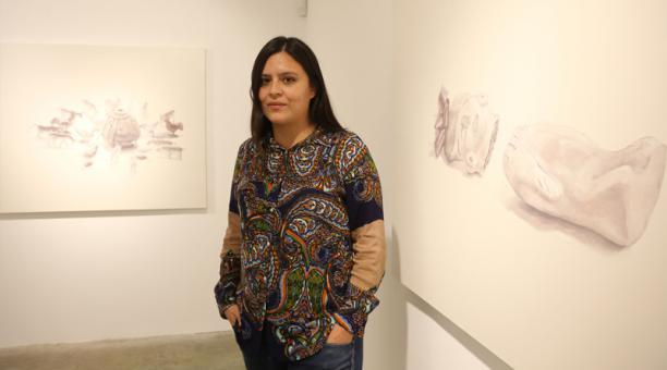 Pamela Cevallos junto a uno de sus cuadros.