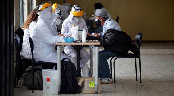 La Secretaría de Salud, con las brigadas comunitarias, las estaciones fijas y las brigadas móviles realiza alrededor de 370 pruebas diarias.