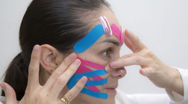 Existen diferentes formas de aplicar el 'kinesiotape', de acuerdo con las necesidades del paciente. Las cintas deben usarse en áreas que puedan moldearse.