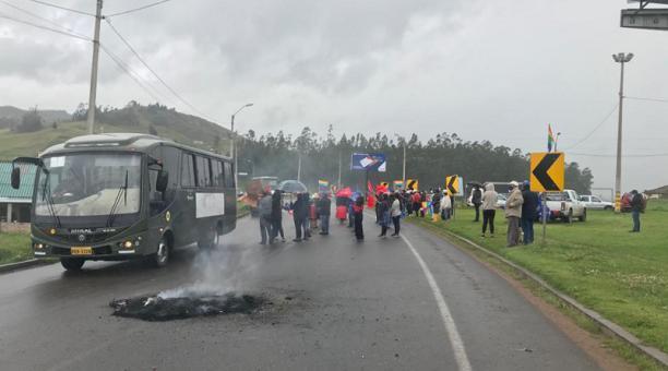 Los manifestantes bloqueron el viernes 26 de febrero de 2021 en la parroquia cuencana de Tarqui