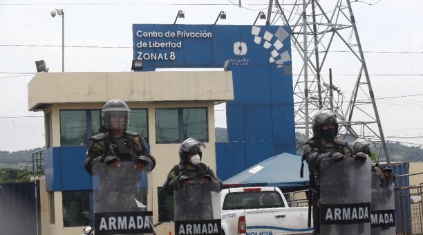 En la cárcel Regional de Guayaquil se mantienen agentes de la Fuerzas Armadas en la parte exterior del Centro de Privación de Libertad Zonal 8 este 28 de febrero del 2021. Foto: Enrique Pesantes / EL COMERCIO