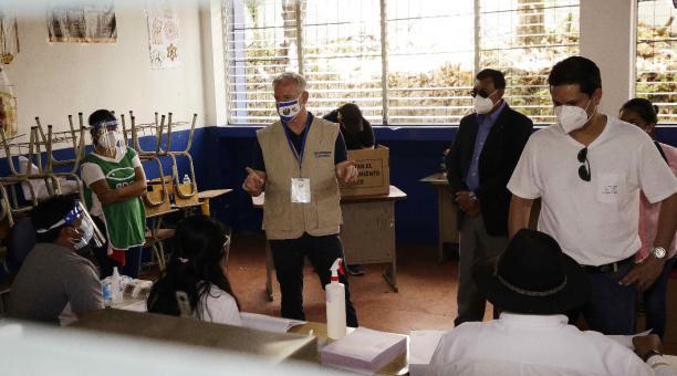 El encargado de negocios de Estados Unidos y jefe interino de la misión diplomática, Brendan O'Brien (c), es visto en un colegio electoral, en San Salvador (El Salvador). O'Briend llamó este 28 de febrero del 2021 a los salvadoreños a tener