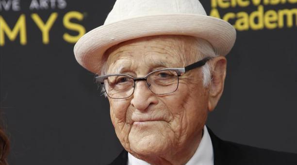 En la imagen un registro del guionista Norman Lear, quien recibió el premio honorífico Carol Burnett, como homenaje a su exitosa carrera en la televisión. Foto: EFE
