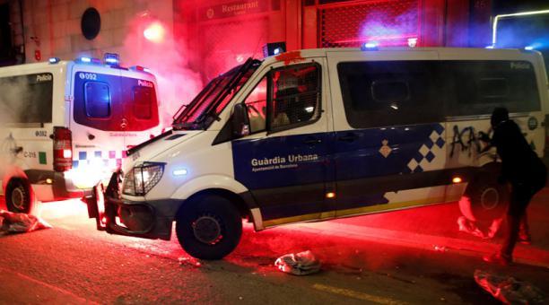 Manifestantes atacaron la comisaría de La Ramba con cócteles molotov durante una marcha el 27 de febrero del 2021 para pedir la libertad de Pablo Hasel. Foto: EFE.