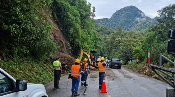 Al momento, maquinaria del Consejo Provincial de Pichincha se encuentra realizando trabajos en el sector con el fin de habilitar nuevamente la vía en ambos sentidos