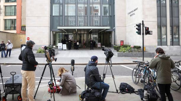 Reporteros esperan a la entrada del hospital St Bartholomew donde fue ingresado el duque Felipe, en Londres. Marzo 1, 2021. Foto: REUTERS