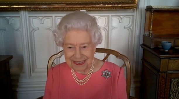 La reina Isabel en una videollamada con funcionarios de salud de Gran Bretaña. Foto: Reuters