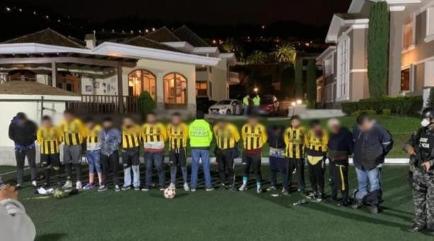 las personas usaron prendas de un uniforme de equipo de fútbol para asaltar los domicilios en Ambato. Foto: Fiscalía