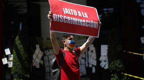 Integrantes de asociaciones de VIH protestan en contra de una aerolínea mexicana acusada de discriminación por no contratar a un joven con VIH. Foto: EFE