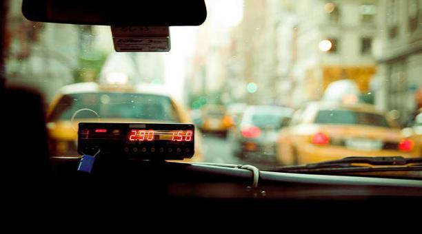 Imagen referencial. Uno de los asaltos a la mujer ocurrió mientras conducía un taxi en el norte de Quito. Foto: Pixabay