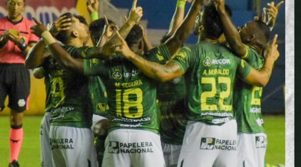 Los jugadores del Orense celebran el gol que anotaron en el estadio Jocay, este 1 de marzo del 2021.