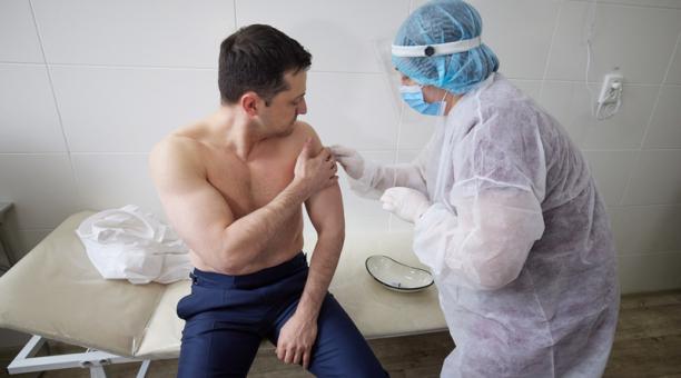 Foto facilitada por el servicio de prensa presidencial de Ucrania muestra al presidente ucraniano Volodymyr Zelensky recibiendo una inyección con la vacuna AstraZeneca (Covishield) en un hospital militar móvil durante su visita a la zona de conflicto entr