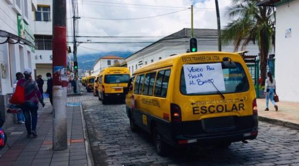 Las busetas recorrieron las principales calles de Ibarra. Hicieron sonar sus pitos y llevaban carteles denunciando la crisis que enfrentan. Foto: EL COMERCIO