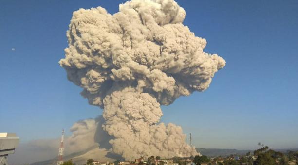 Las personas publicaron en redes sociales las imágenes de la secuencia de la explosión del volcán Sinabung, en Indonesia. Foto: EFE