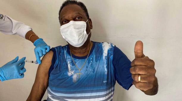 El exfutbolista brasileño Edson Arantes do Nascimento, conocido como 'Pele', mientras posa después de recibir la vacuna contra el covid-19, en Sao Paulo, Brasil, el 2 de marzo de 2021. Pele recibió el 2 de marzo. la primera dosis de la vacuna covid-19 y c