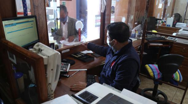 El Municipio de Riobamba mantiene habilitados 72 puntos, en toda la ciudad, para el cobro de impuestos. Foto: Glenda Giacometti / EL COMERCIO