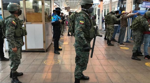 15 efectivos del Ejército llevaron a cabo la operación, en la cual se retuvo varios paquetes con drogas e inclusive armas blancas