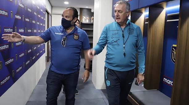 Francisco Egas (izq.) y el entrenador Gustavo Alfaro, en los interiores del estadio Rodrigo Paz, este 11 de octubre del 2020. Foto: Cortesía FEF