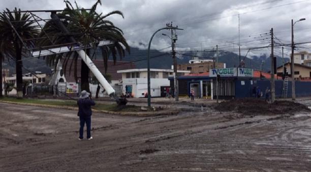 Una valla publicitaria, que estaba situada en la intersección de la avenida Mariano Acosta y Heliodoro Ayala, en Ibarra, está a punto de caer. Un trailes se impactó la madrugada de hoy.
