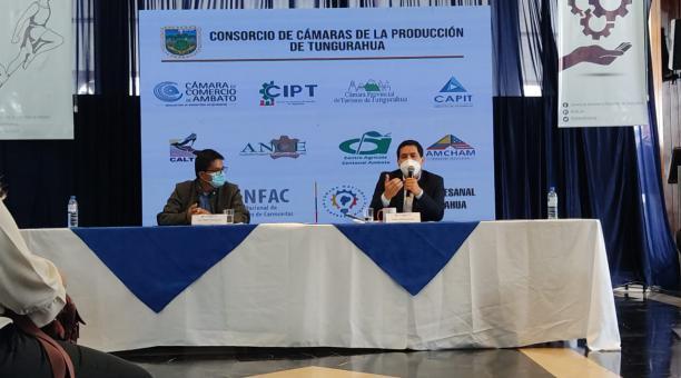 El candidato presidencial de Unes, Andrés Arauz, habló con dirigentes gremiales durante su visita a los cantones de Tungurahua. Foto: Cortesía