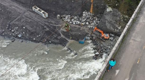 Deslizamientos de roca y arena en uno de los márgenes del río Coca, afectado por un proceso de erosión. Foto: Cortesía