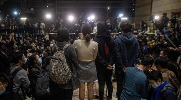 Los partidarios de la democracia hablan con los periodistas en el edificio de la corte de West Kowloon después de escuchar los resultados de la fianza en Hong Kong, China, el 4 de marzo de 2021.Foto: EFE