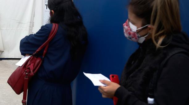 El uso de dos mascarillas no tejidas no es útil porque la resistencia del aire se acumula y provoca fugas alrededor de los bordes.
