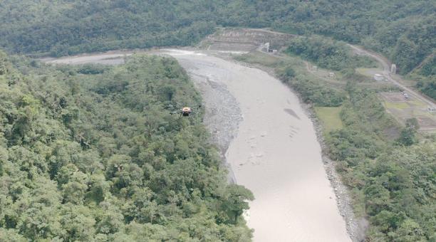 Técnicos de la Corporación Nacional de Electricidad (Celec) realizaron un monitoreo del sector de San Luis, para evaluar el impacto de la erosión regresiva en el río Coca. Foto: Twitter Celec