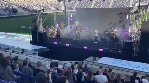 Los asistentes al concierto de la estrella del pop israelí Ivri Lider usaron mascarilla. Foto: captura
