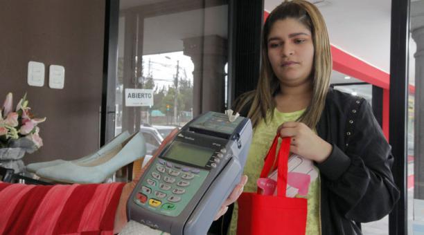 Una clienta usa su tarjeta de crédito para comprar en una tienda, en el norte de Quito. Foto: Patricio Terán / EL COMERCIO