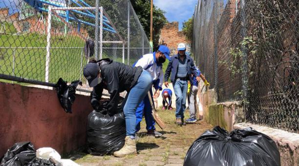 La minga para dar mantenimiento al parque Julio Moreno tuvo lugar este 6 de marzo del 2021. Foto: Diego Pallero/ EL COMERCIO.