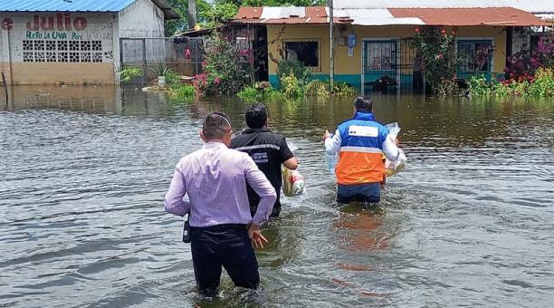 El Servicio Nacional de Gestión de Riesgos y Emergencias entregó asistencia humanitaria en sectores de Babahoyo que seguían inundados este sábado 6 de marzo del 2021. Foto: Cortesía SNGRE