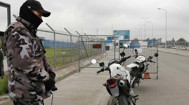 Uniformados custodian el perímetro e ingreso al Centro de Rehabilitación de Cotopaxi. Foto: EL COMERCIO