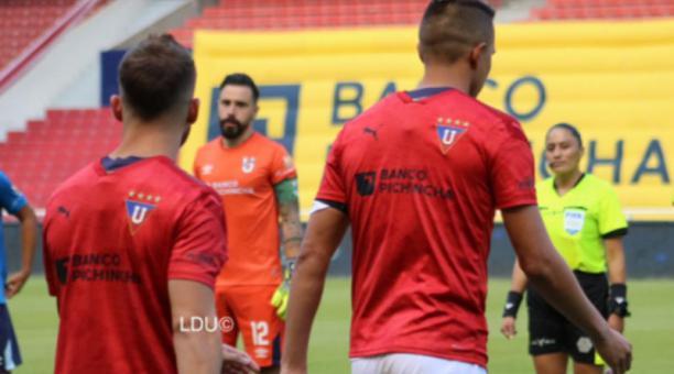 Franklin Guerra y Lucas Piovi saltaron a la cancha con la casaca roja característica del golero estelar de los albos. Foto: @LDU_Oficial