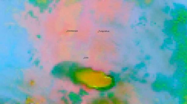 Según el Instituto Geofísico, las emisiones del volcán Sangay alcanzan los 2 kilómetros de altura sobre el cráter. Foto: Twitter Instituto Geofísico