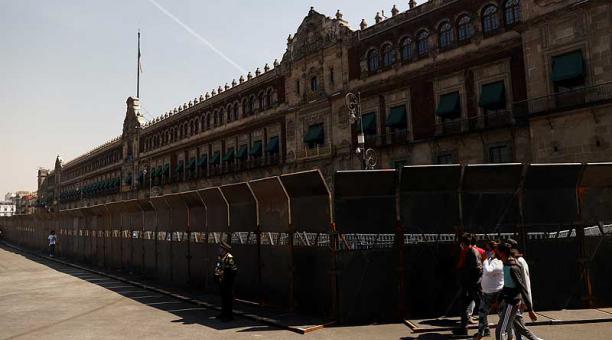 El Gobierno mexicano rodeó con enormes vallas metálicas de tres metros de alto el Palacio Nacional, sede del Gobierno, y otros importantes edificios históricos de la capital. Foto: Reuters