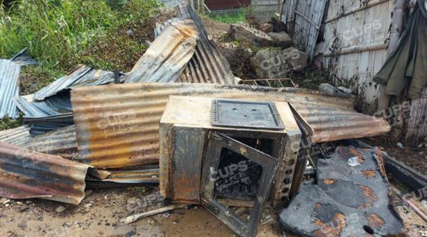 Láminas de zinc retorcidas y una cocina quemada, partes de los destrozos ocasionados en un incendio de tres viviendas de construcción mixta en Durán. Foto: Cortesía @Cupsfire_gye