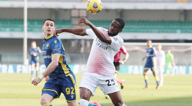 Kevin Lasagna (izq.), del Hellas Verona, disputa la pelota con Fikayo Tomori del Milan el 7 de marzo del 2021. Foto: EFE