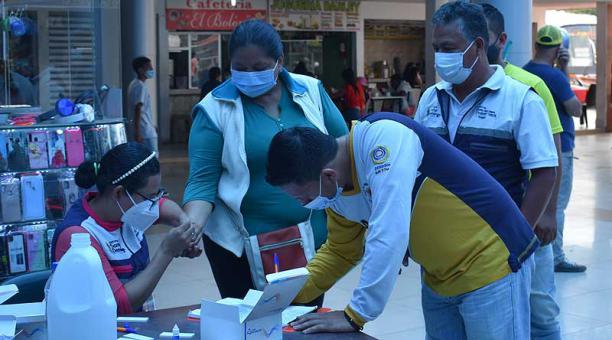 En la terminal terrestre de Santo Domingo se aplican pruebas a personas que sospechan haber contraído el virus. Foto: Bolívar Velasco / EL COMERCIO