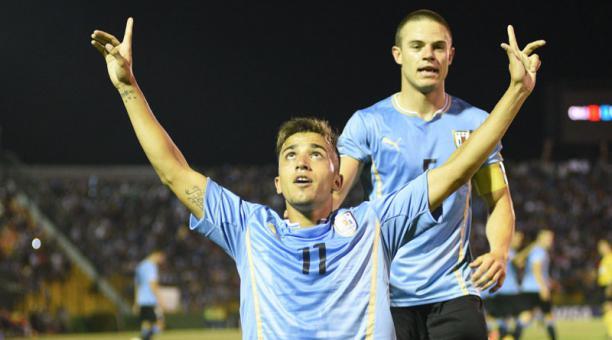 Fotografía de archivo del 21 de enero de 2015 que muestra al jugador Franco Acosta (frente) de Uruguay mientras celebra su anotación junto a su compañero Nahitan Nández (atrás) durante un partido del Campeonato Sudamericano Sub-20 en Maldonado (Uruguay).