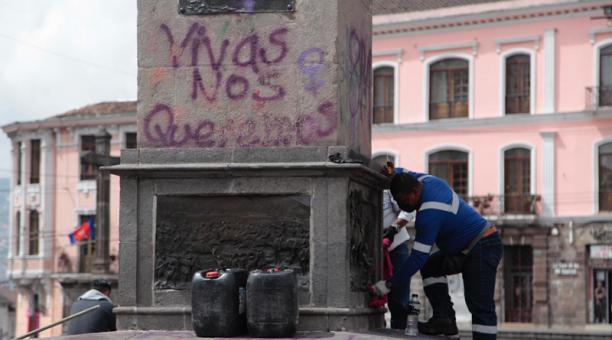 Quienes realizan grafitis en bienes públicos o privados son sancionados con lo que dispone la Ordenanza Metropolitana No. 0332, cuya multa es del 50% de la Remuneración Básica Unificada