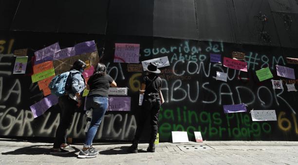 Imagen referencial. Manifestantes derribaron parte del muro de metal que fue levantado por el gobierno de México para proteger la residencia del presidente Andrés Manuel López obrador de la protesta por el Día Internacional de la Mujer. Foto: EFE.