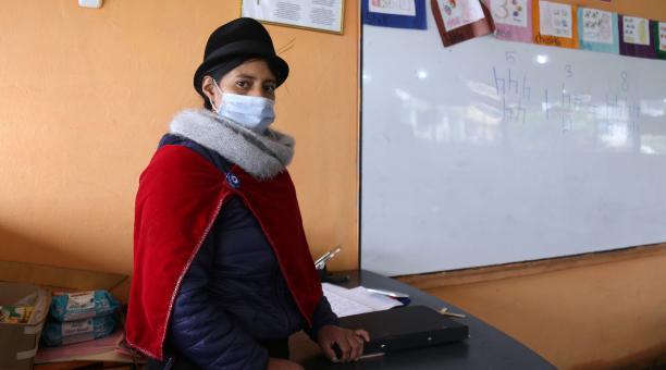 Mará Rosario Toalombo, es maestra en la escuela de la comunidad Yatzaputzán, Ambato, en la Sierra centro de Ecuador. Foto: Glenda Giacometti / EL COMERCIO