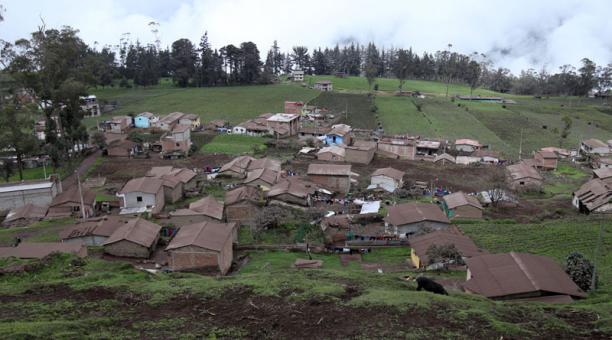 La limpieza de la ceniza del volcán Sangay en cultivos, pastos y calles continúa en Chimborazo este 8 de marzo del 2021. Foto: Glenda Giacometti/ EL COMERCIO.