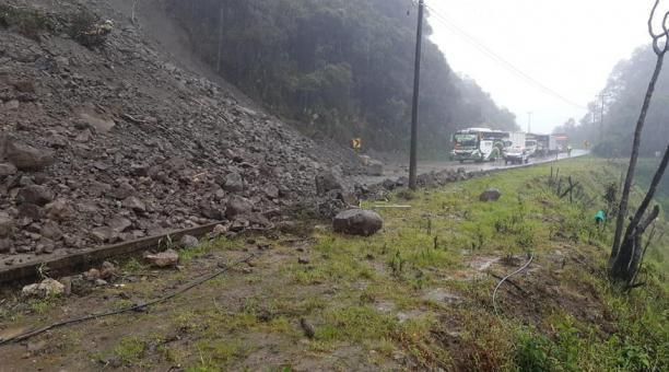 Un derrumbe en el kilómetro 69 bloquea el paso vehicular en la vía Cuenca-Molleturo, el 9 de marzo del 2021. Foto: Cortesía