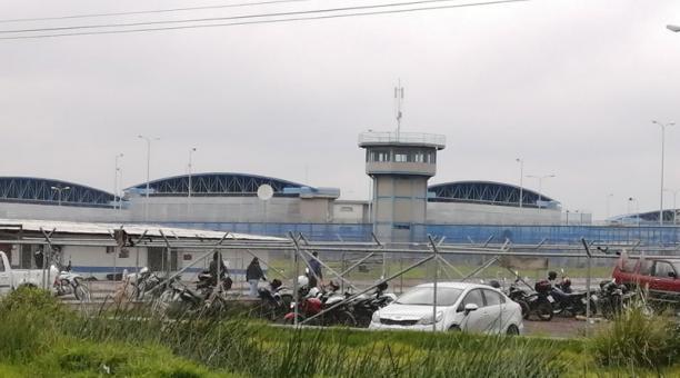 Los guías penitenciarios que laboran en las cárceles de Ecuador aseguran que no cuentan con implementos de seguridad para trabajar en el control de los detenidos. Foto: EL COMERCIO
